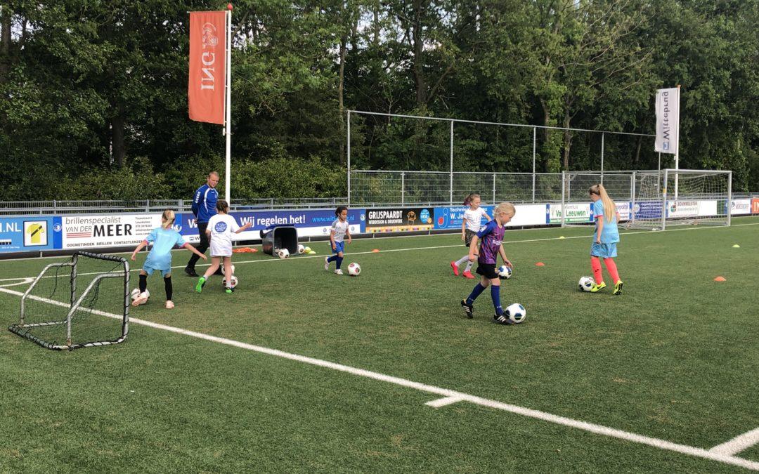 Eerste meisjestraining bij S.V. Loosduinen een succes!